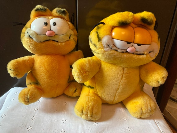 """1981 Garfield - Rare Vintage 1981 Garfield Plush 11"""" United Feature Syndicate Inc R Dakin & Co. and a Smaller Garfield 7-7 1/2 In"""