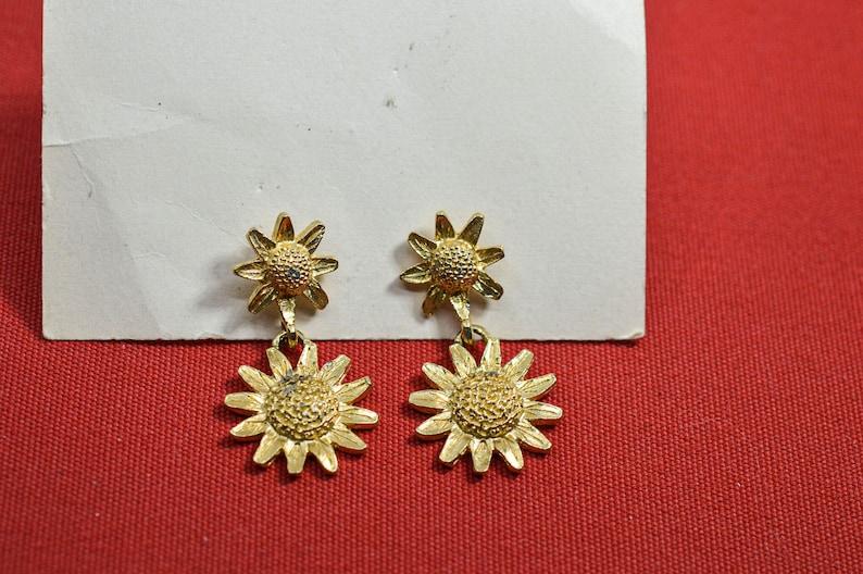 Gold tone womens pair earrings
