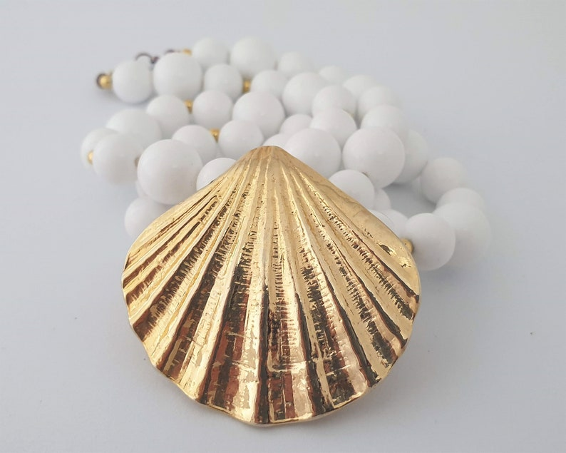 Sea shell jewellery Vintage pendant with goldtone shell /& white lucite beads Vintage pendant jewellery Costume jewelry Ocean gift