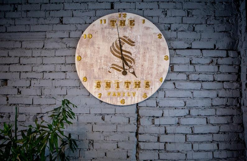 Extra grande horloge murale silencieuse 37.8/96cm, signe de famille personnalisé de nom de famille, initiales d'horloge de ferme, nom de famille date d'anniversaire