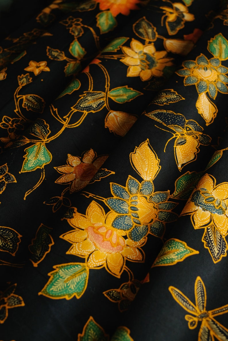 ButterflyDragonfly Motif from Pekalongan Kupucapung Made in Indonesia Batik Indonesia Ultra Premium Cotton 100/% Hand Drawn Sarong