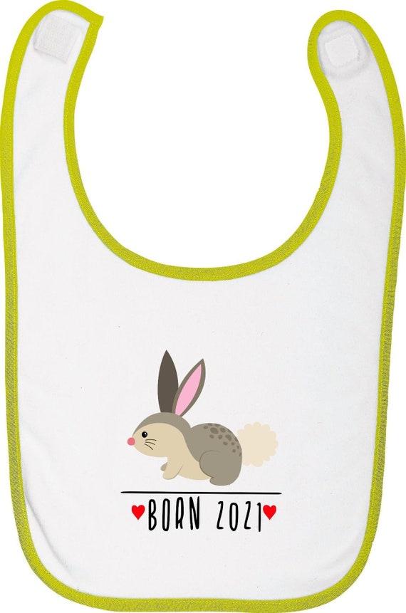 """Kleckerliese Baby Latz """"Born 2021 Tiermotiv Hase """" mit Wunschtext Lätzchen Klettverschluss Babylatz Babylätzchen mit Aufdruck Motiv"""