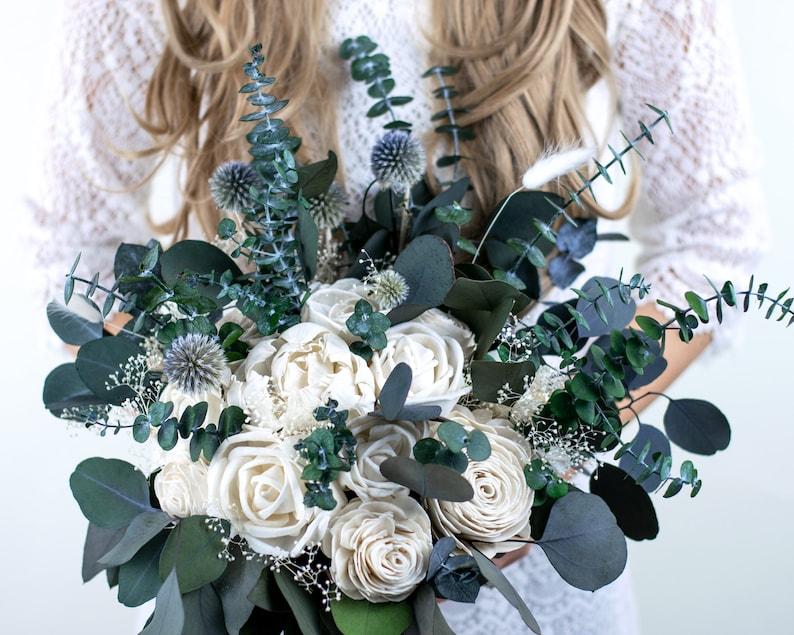 Boho Brautstrauß aus Trockenblumen mit Eukalyptus, Kugeldistel & Rosen