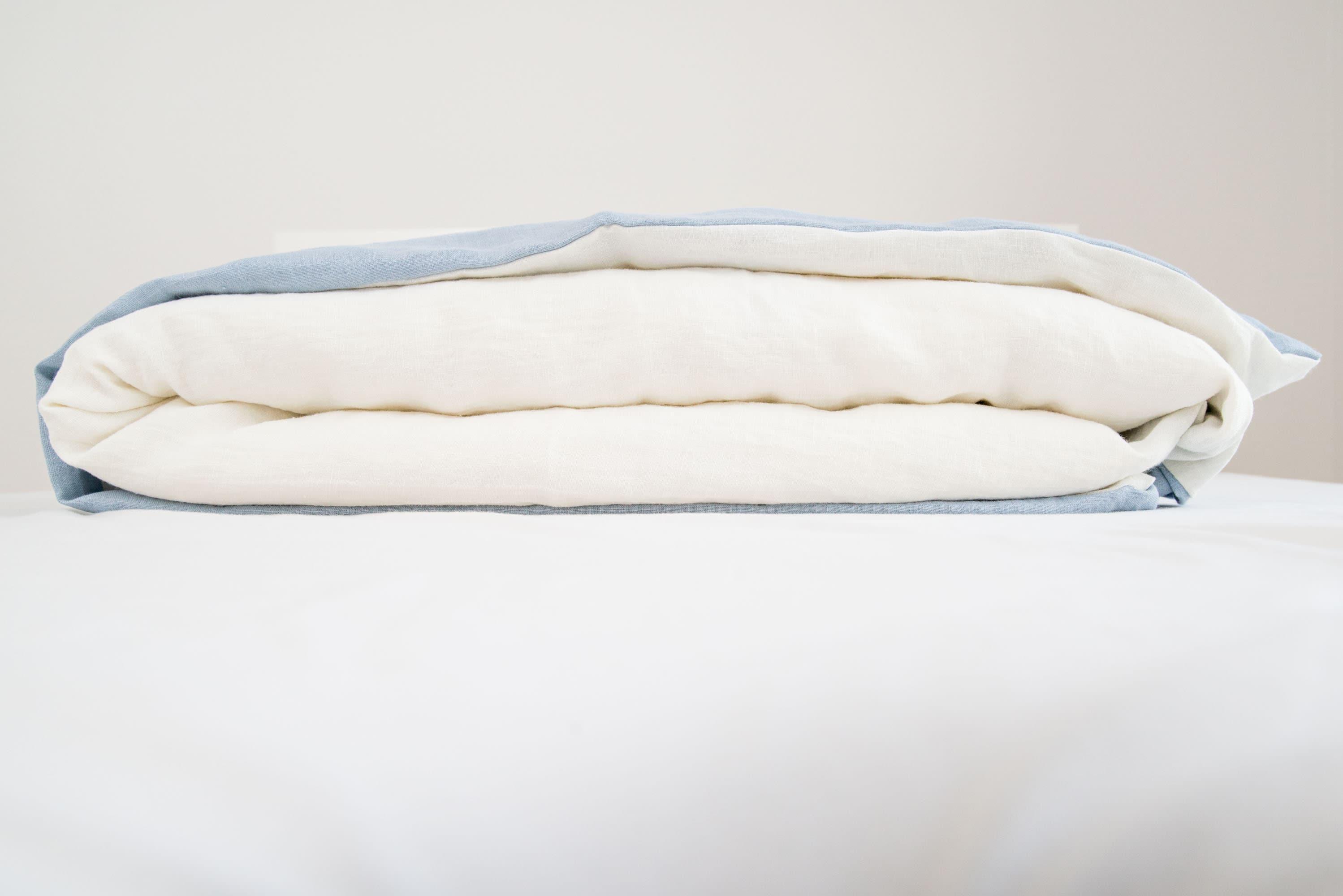 Linge de lin en bleu glace et blanc cassé lavé pour un confort de sommeil supérieur