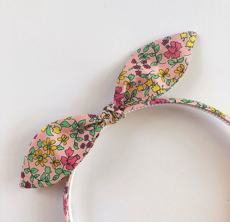 baby knot bow skinny headbands Liberty of London headband    Dusty pink daisy floral girls hair bow Rosa and the Bee alice hairband
