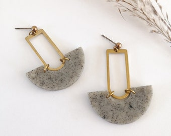 Brass pendant earring, granite-grey half-round in polymer clay and brass nail -LIMITÉE QUANTITY