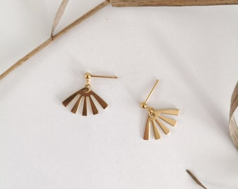 Minimalist earring, brass sun pendant and gold-colored metal nail. Modern jewel for women