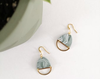 Minimalist earring, half-round marbled white and green polymer clay, brass and gold-colored metal hook. Modern jewel for women