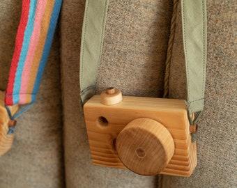 Holzkamera mit Grünem oder bunten Band, Dekoration für jedes Zimmer, Deko für Kinderzimmer, Fotografieren, Weihnachtsgeschenk