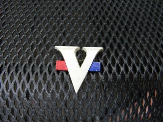 V for Victory c.1945 World War 2 celebratory pin V