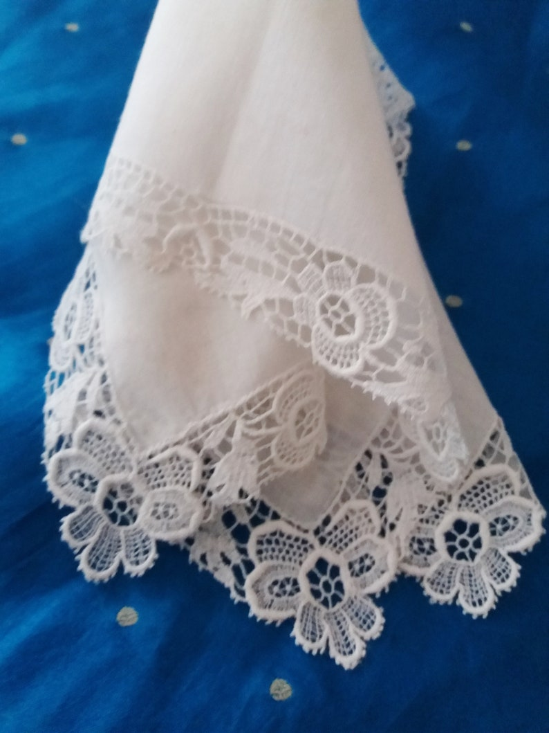 Fine lawn with all round Guipure Lace Border Very Good Condition Mother of The Bride Gift Bridal Gift Antique Lace Hankie