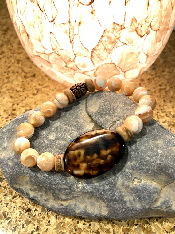Crackle Agate & Natural Mother of Pearl Bracelet. Bohochic. Beachy. Boho.