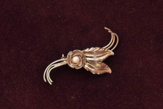 Fashion Jewelry Gold Toned Costume Jewelry Vintage Pin Jacket Pin Unmarked Faux Pearl Floral Metal Design Vintage Brooch