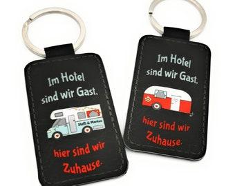 Schlüsselanhänger mit Wohnmobil oder Wohnwagen, personalisiert mit Ihrem Wunschnamen. Treuer Reisebegleiter für alle Camper.