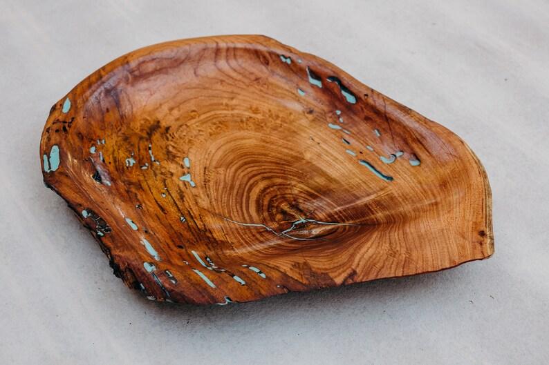 Grand Conseil de service Mesquite ou plateau avec Inlay blue Epoxy // Conseil de service // Tableau de charcuterie // Raw Edge // Wood Bowl