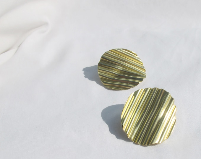 Gold ripple circle stud earrings