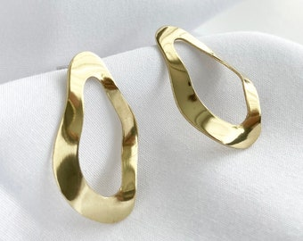 Elliptic oval stud earring