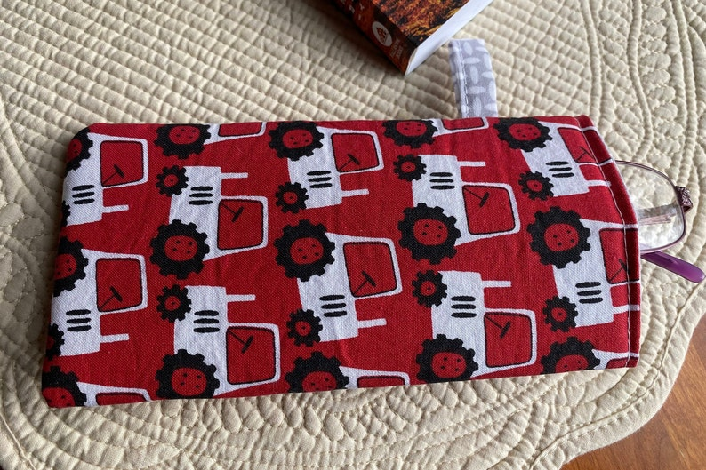 Padded Portable,Cotton Fabric and Liner Eyewear Protection. Reading Glasses Case Sunglasses Case Tractors on Red Fabric Eyeglasses Case