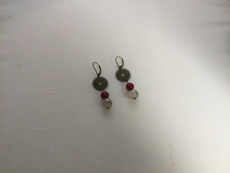faceted agate and worked metal Pendant earrings in rounded quartz