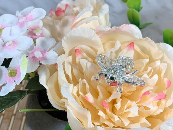 Joan Rivers Classic Collection, Winter silver bee