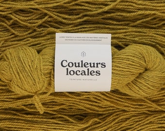 Naturally dyed wool of worsted caliber in bright straw color