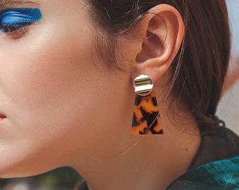 Brown tortoiseshell earrings by FecreationsFR. Maroon turtle scale earrings