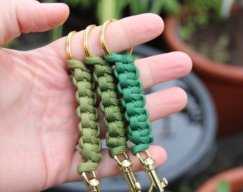 Keychain made of paracord in different shades of green, grey and blue, total length approx. 12 cm