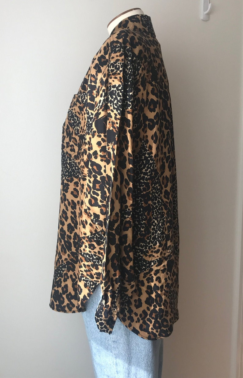 Vintage 80s Silk Animal Print Leopard Blouse Button Down Shirt Women/'s XS Small Classic Pocket Long Length Collared Camouflage 90s Grunge
