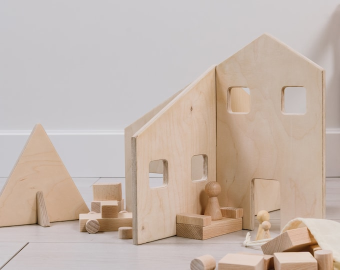 FAMILY small doll house with wooden figures , unpainted