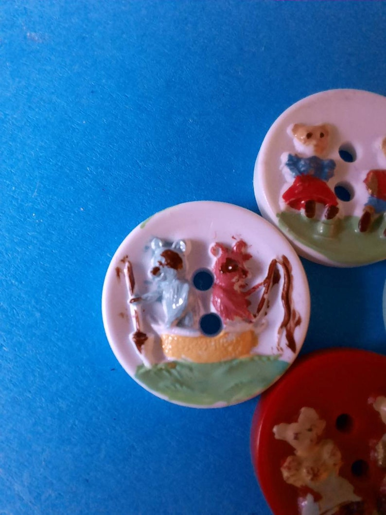 2 at 1.6cm and 2 at 1.5cm. 4 novelty vintage animal character buttons