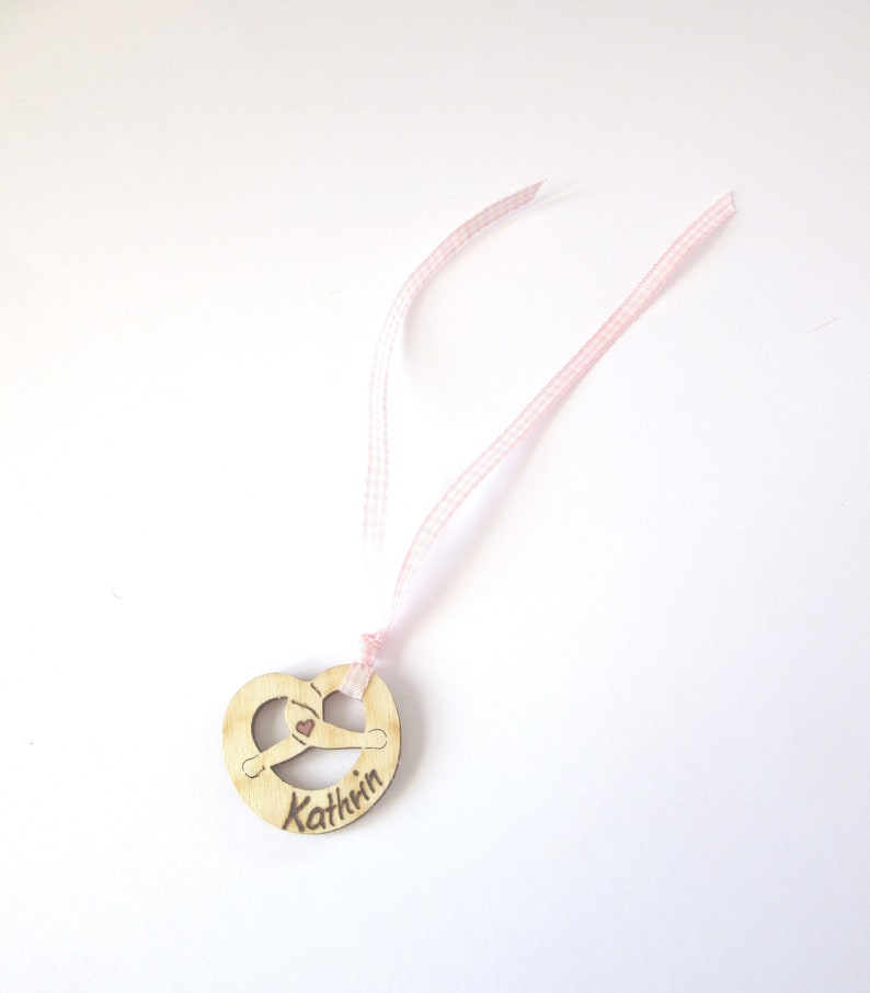 place card guest gift brand painting nameplate engraving Pretzel pendant in wood with ribbon Kathrin decoration 3.5 cm x 4 cm