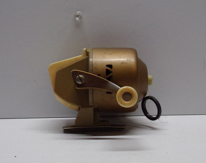Vintage wild cat bronson 804 fishing reel made in the 1960s