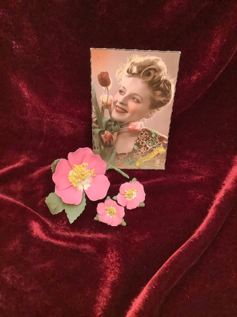 Mid-Century Dogwood Flowers Stamped Ashcraft Costume 1940/'s Rose Pink Jewelry Set ca Vintage Leather Flower Pin /& Clip Earrings