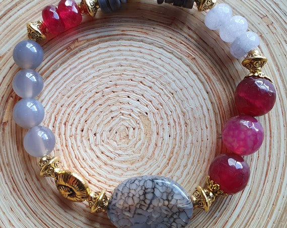To melt down! Power agate with raspberry-colored agate beads and jade in grey.