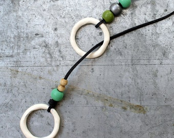 Necklace in adjustable length with 2 circles and wooden beads