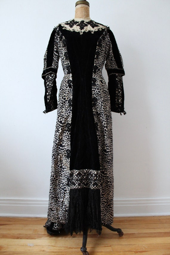 Black velvet and lace-printed winter Victorian dre