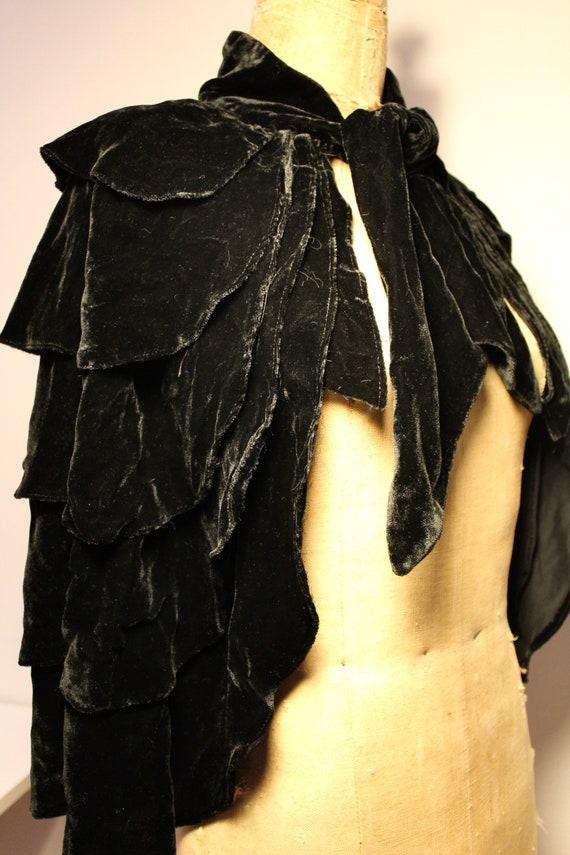 Black silk velvet cape, 1900 / Black silk velvet … - image 6