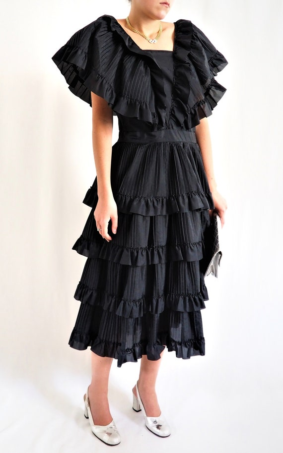 RARE little black dress with vintage ruffles / Vin