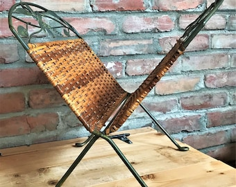 Rattan rack, Rattan stand, Wicker magazine rack and dragonfly motif in verdigris metal. Foldable magazine stand. Vintage 80s