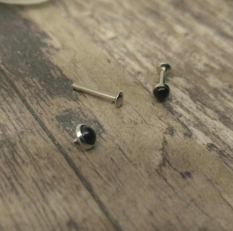 A pair of 18g Stainless Surgical Steel Internal Thread Flatback Labrets with 14 Posts w4mm /& 3mm Black Onyx Cabochon in Bezel Setting