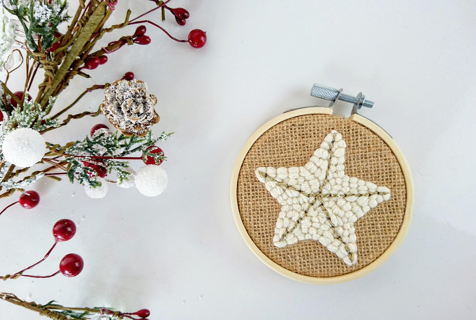Étoile. Suspension pour le sapin de Noël en Punch needle. Déco Noël. Décoration murale. Christmas decor. Tambour en broderie. Cadeau noel - La minute déco