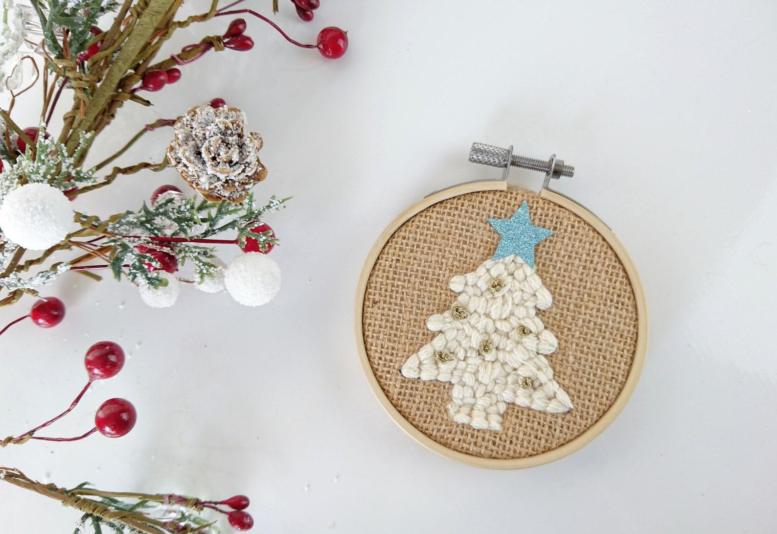 Suspension pour le sapin de Noël en Punch needle. Déco Noël. Décoration murale. Christmas decor. Tambour en broderie. Cadeau noel - La minute déco