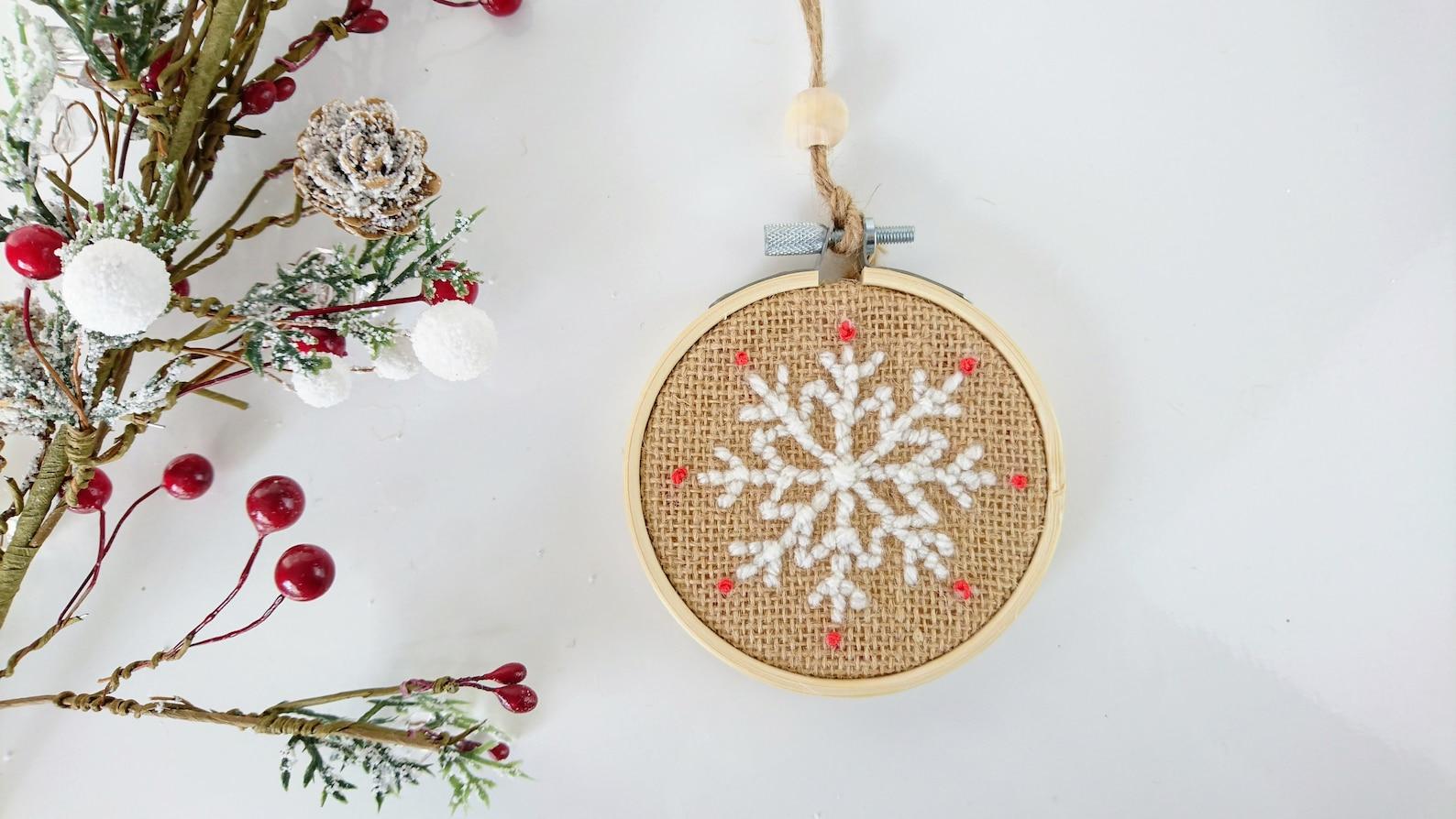 Flocon de neige pour le sapin de Noël en Punch needle. Déco Noël. Décoration murale. Christmas decor. Tambour en broderie - La minute déco