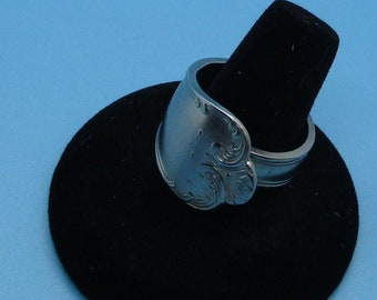 Silverware Jewelry Round Ring Darker Silver Plated Spoon. Size 9 can be adjusted for different size. please reach out with any questions.
