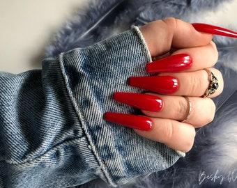 Rote lange fingernägel
