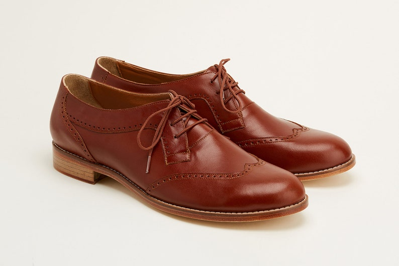 1920s Men's Fashion UK | Peaky Blinders Clothing Men Swing Dance Shoes Men's Oxfords brown leather handmade by Harlem Shoes $202.69 AT vintagedancer.com
