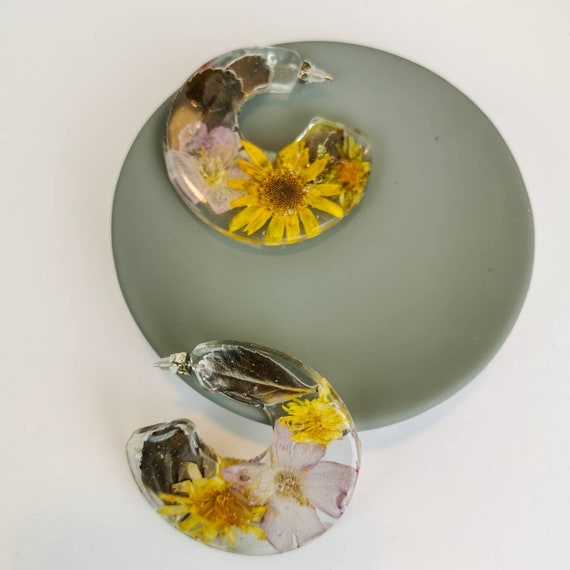 Flower in resin hoop earrings