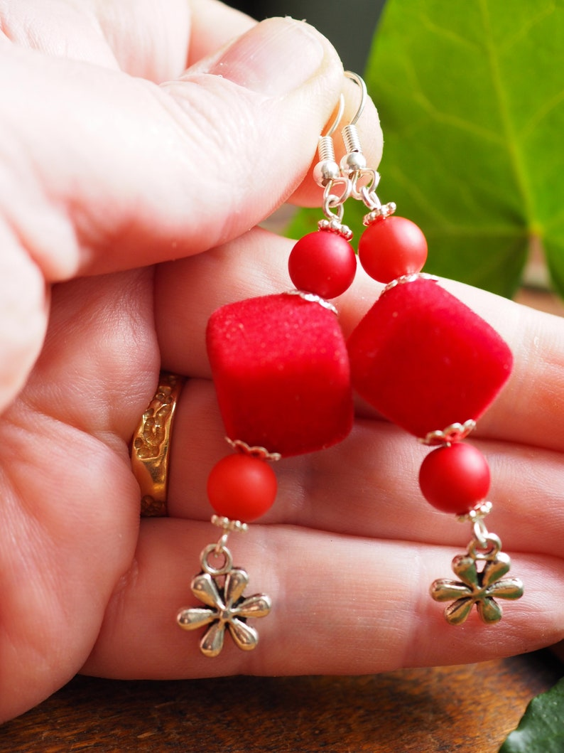 Very original earrings cubes velvet beads and finish charms flowers Red