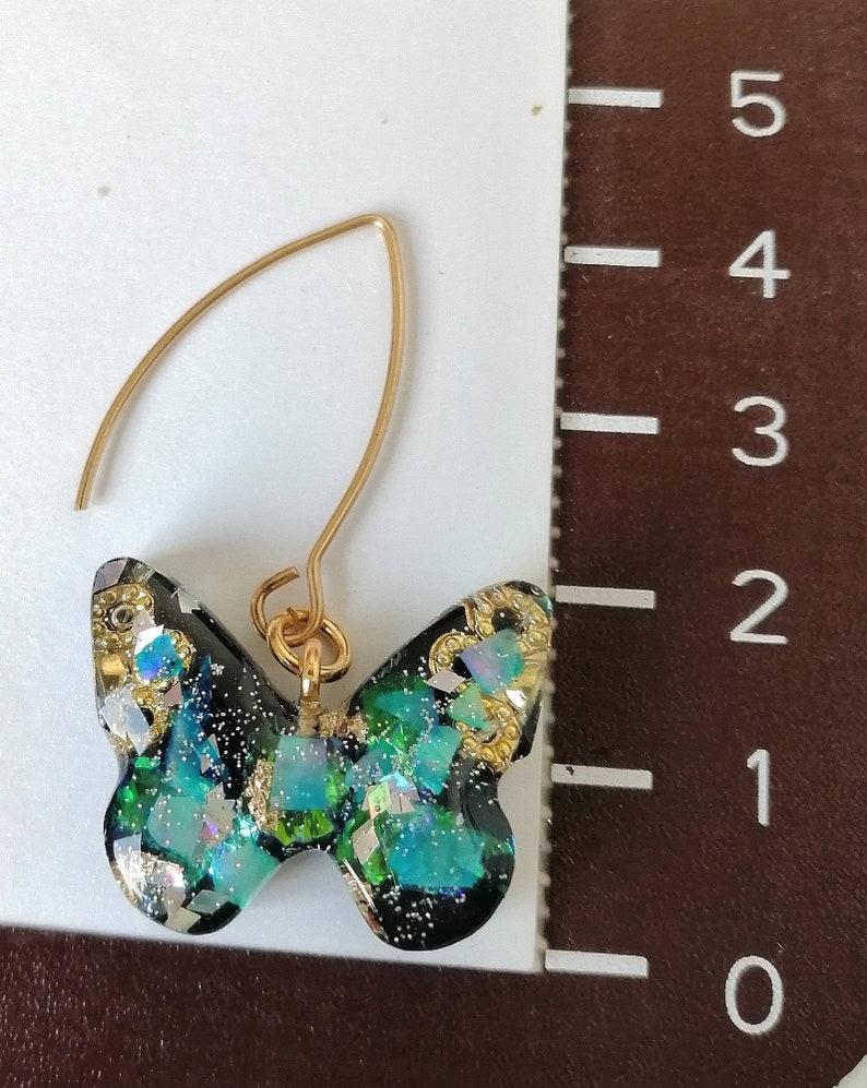 Kleine Ohrringe aus Kunstharz in Schmetterlingsform