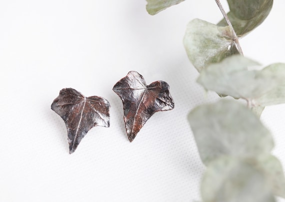 Real ear chips with patinated copper ivy leaves - Nature-inspired jewelry - bohemian